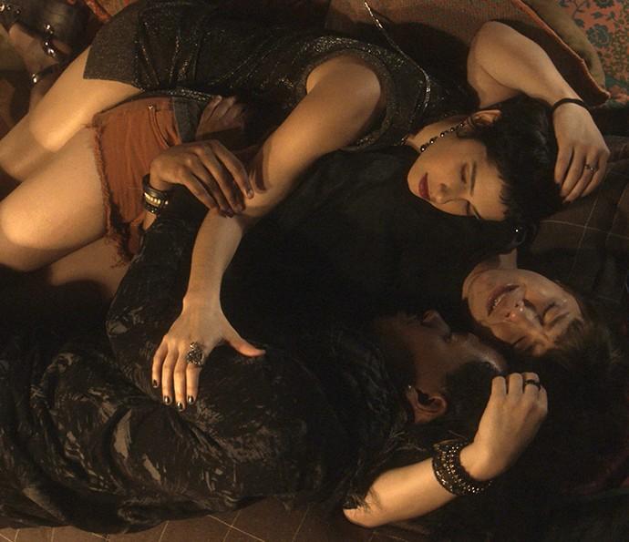 Flávia e Zelito encontram Isabela chorando desesperadamente (Foto: TV Globo)