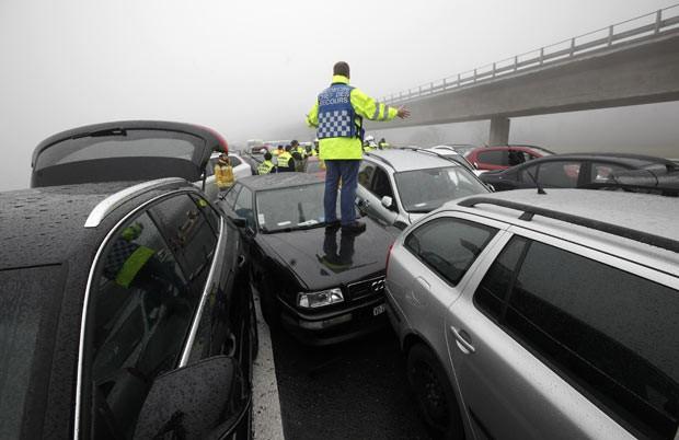 Engavetamento envolve cerca de 50 carros em rodovia suíça neste sábado (30) (Foto: Reuters)