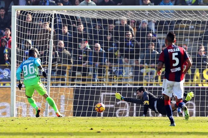 Gabigol faz seu primeiro gol pelo Internazionale, contra o Bologna (Foto: EFE/EPA/GIORGIO BENVENUTI)