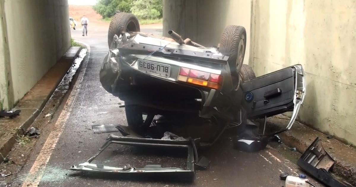 Rapaz fica ferido após carro cair de viaduto de 4,3 metros em Ibaté ... - Globo.com