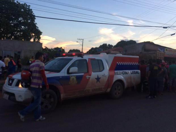 IML no local para fazer a remoção do corpo da vítima (Foto: Jampierre Martins/TV Tapajós)