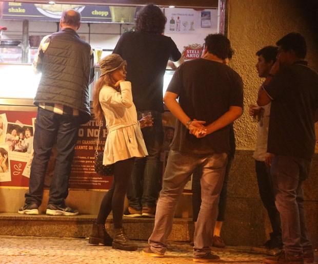 Aparecida Petrowky curte noite com amigos (Foto: AgNews)