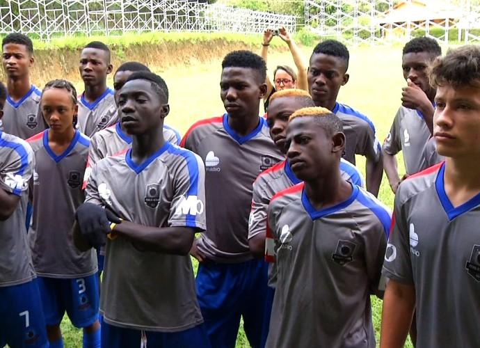 Pluguevai mostrar jovens que vieram do Haiti em busca de uma carreira no futebol. (Foto: Reprodução/ Plugue)