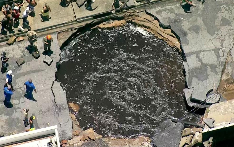 Enorme piscina se formou no local onde adutora se rompeu em Santíssimo (Foto: Reprodução / TV Globo)