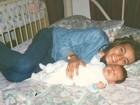 Andressa Urach aparece irreconhecível em foto com o filho