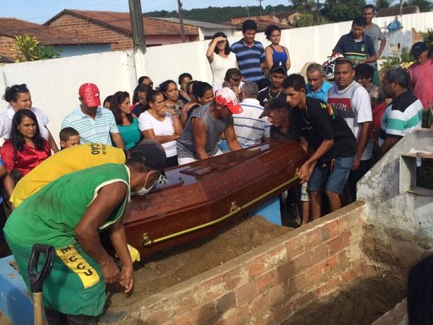 Corpo foi sepultado no Cemitério Divina Pastora, em Maceió (Foto: Michelle Farias/G1)
