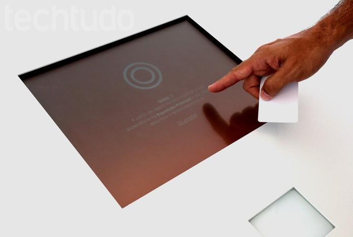 Para ter a visita guiada pela Íris, a primeira coisa a fazer é registar o cartão (Foto: Luana Marfim/TechTudo)