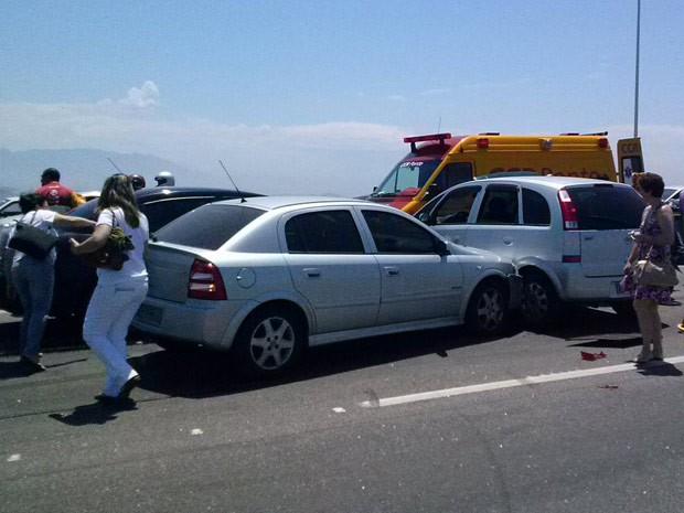 Cinco carros se envolveram num acidente na Ponte Rio-Niterói, sentido Niterói, na manhã deste domingo (21). As pistas ficaram interditadas por cerca de dez minutos. (Foto: Diogo Bessa/TV Globo)