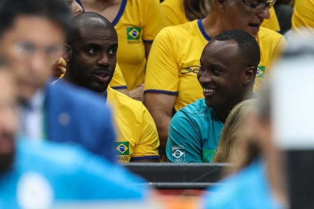 Rafael Zulu e Thiaguinho assistindo volei (Foto: William Volcov/BBP/AgNews)