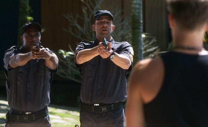 Policiais dão voz de prisão a Diana e Léo Régis (Foto: TV Globo)