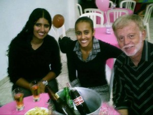 A jogadora de futsal (no centro) ao lado do técnico Foguinho (Foto: arquivo pessoal)