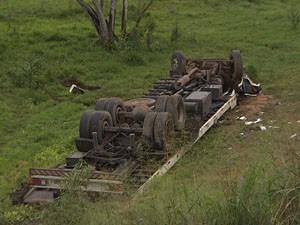 caminhão tomba em candeias (Foto: Imagens/TV Bahia)
