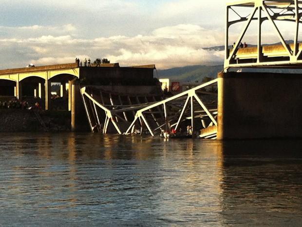 Ponte no estado de Washington, nos EUA, desaba. (Foto: Rick Lund, The Seattle Times / AP)