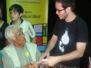 Cartunista Fernando Martins com Ziraldo (Foto: Arquivo Pessoal/Fernando Martins)