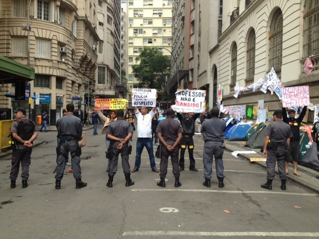 Barreira policial no entorno da Câmara nesta segunda-feira (30) no Centro do Rio (Foto: Mariucha Machado/G1)
