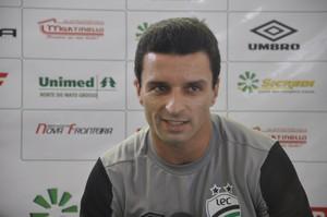 Treinador Júnior Rocha do Luverdense (Foto: Robson Boamorte)