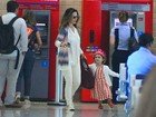 Filha de Guilhermina Guinle usa tiara de princesa em aeroporto do Rio