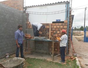 Raniel Holanda conversa com os pedreiros (Foto: Augusto Oliveira / GloboEsporte.com)