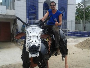 Valmir Reginal montado em boi de ferro feito por ele (Foto: Valmir Reginaldo/ Arquivo Pessoal)