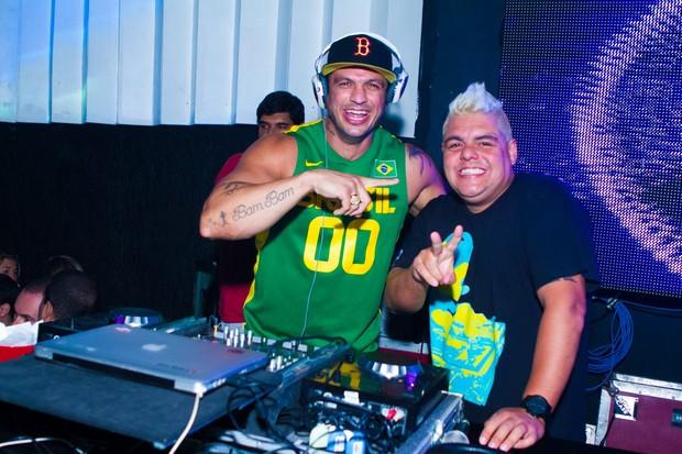 Kléber Bambam e DJ Tartaruga em boate no Rio (Foto: Raphael Mesquita/ Divulgação)