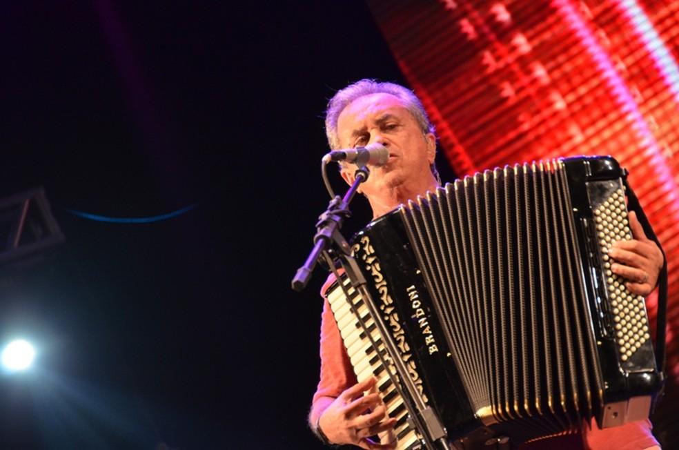 Flávio José cantou sucessos durante o show realizado em Garanhuns (Foto: Edson Fernandes/FH Studios)