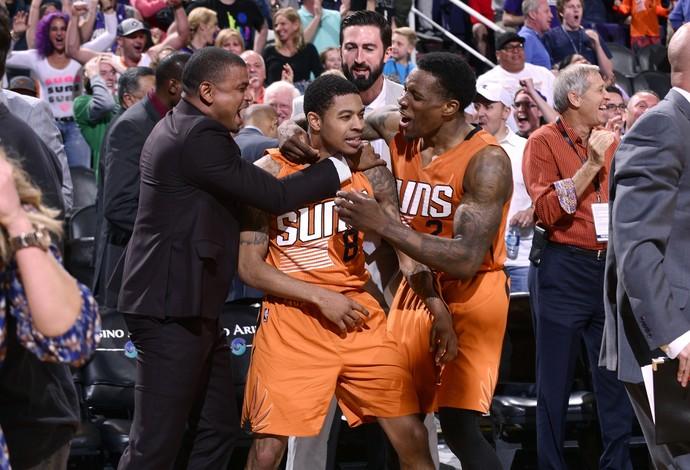 Tyler Ulis foi bastante festejado após fazer a cesta que deu a vitória ao Phoenix Suns (Foto: Getty Images)
