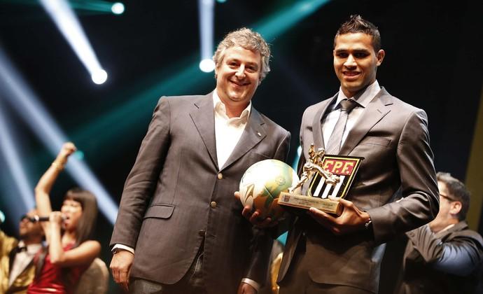 Alan Kardec, do Palmeiras, recebe prêmio de melhor centroavante do Paulistão (Foto: Marcos Ribolli)