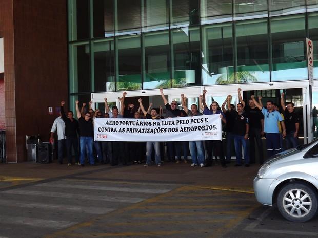 Servidores da Infraero fazem ato na entrada do aeroporto Zumbi dos Palmares (Foto: Divulgação)