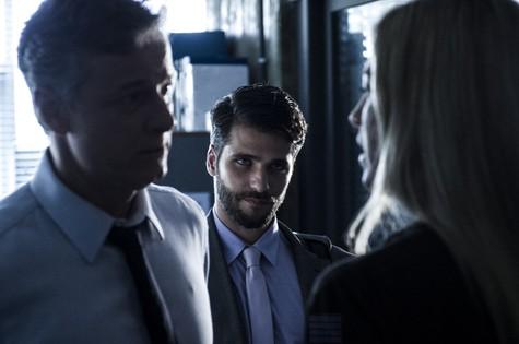 Bruno Gagliasso entre Marcello Novaes e Luana Piovani, em cena de 'Dupla identidade' (Foto: Estevam Avellar/TV Globo)