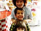 Ator que vive o filho de Morena em 'Salve Jorge' se diverte em loja