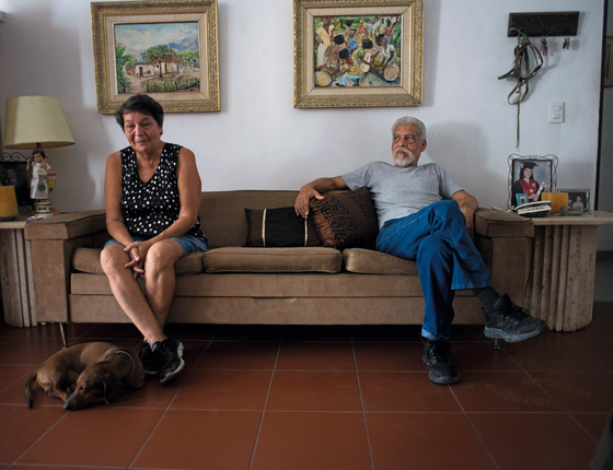 Fátima Rodrigues,63 anos professora primária aposentada,Sem dinheiro para comprar ela e o marido  José Miguel ,de 66 anos,emagreceram .Ela perdeu 8 quilos e ele,20 (Foto:   Manaure Quintero/ÉPOCA)