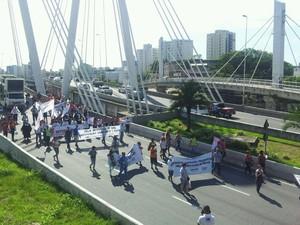 Grupo passa pela ponte da passagem em Vitória (Foto: Viviane Machado/ G1)
