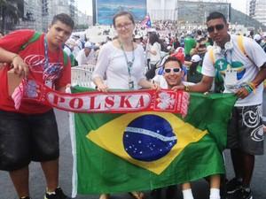 A polonesa Joanna Gleb posa para fotos com fiéis brasileiros (Foto: Tahiane Stochero/G1)
