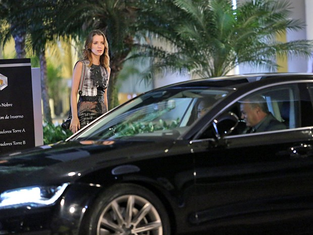 Tina deixa Laura falando sozinha e vai embora com o acompanhante (Foto: Carol Caminha / Gshow)