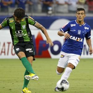 Alisson e Arrascaeta disputam a bola no clássico Cruzeiro x América-MG (Foto: Washington Alves / Lightpress)