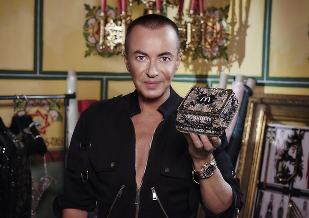 **ALL IMAGES AND INFORMATION EMBARGOED UNTIL 00:01 WEDNESDAY 23RD AUGUST 2017** McDonald's has revealed an unexpected pairing with designer Julien Macdonald as they today revealed a bespoke box for their gourmet beef burger range, The Signature Collection (Foto: Reprodução)