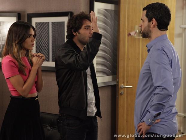 Fabinho joga uma nota de 10 reais na cara de Natan (Foto: Sangue Bom / TV Globo)