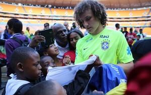 David Luiz seleção brasil autografo crianças estudantes africa do sul (Foto: Mowa Press)