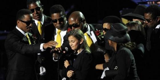 Paris mocionou o mundo ao discursar em 2009 no velório de seu pai, o cantor Michael Jackson (Foto: reprodução)