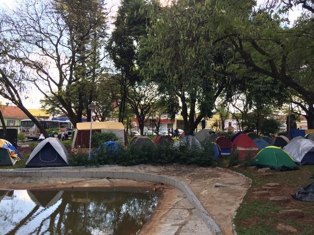 Famílias acamparam na Praça das Cerejeiras em Bauru (Foto: Evandro Cini/TV TEM)