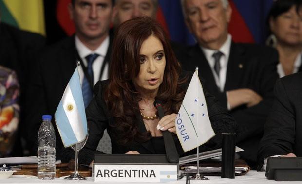 A presidente da Argentina, Cristina Kirchner, discursa nesta sexta-feira (29) na Cúpula do Mercosul, em Mendoza (Foto: AP)