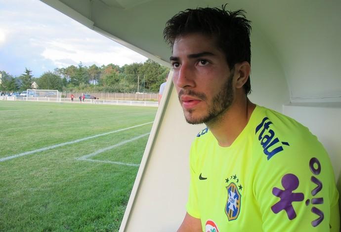 Lucas Silva concede entrevista após o treino da seleção olímpica (Foto: Felipe Schmidt)