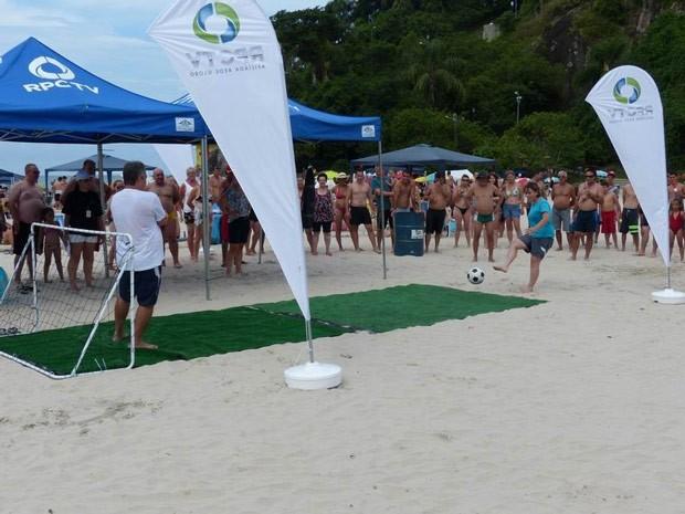Assim que a tenda e a trave foi montada, a fila começou a se formar (Foto: Divulgação/RPC TV)