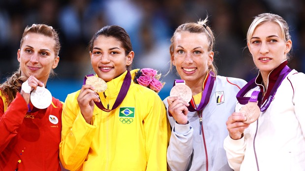 Judoca Sarah Menezes recebe medalha de ouro (Foto: Agência AFP)
