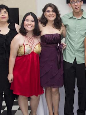 Bruna (de roxo) se formou no curso junto com Marina (de vermelho) (Foto: Divulgação/Fundação Dorina Nowill)