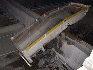 Parte da carreta ainda ficou embaixo do concreto (Foto: Walter Paparazzo/G1)