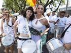 Mel Lisboa e Marisa Orth tocam na bateria de bloco em São Paulo