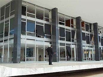 Caça da FAB em voo rasante destrói fachada de vidro do STF (Foto: Fausto Carneiro/G1 DF)
