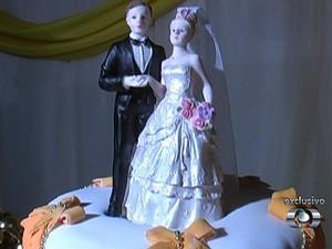 Bolo do casamento de  Escarlat Ohara Ferreira Silva e Maicon Correa de Melo em Nazário, Goiás (Foto: Reprodução/TV Anhanguera)