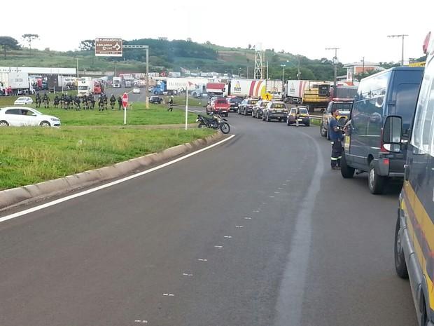 Batalhão fez cerco aos caminhoneiros para desloca-los para o acostamento (Foto: PRF/Divulgaçao)
